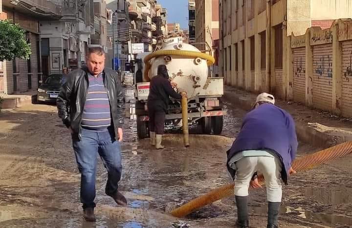 شريف هيكل يتابع استمرار رفع مياة الأمطار بالشوارع والميادين بسيدي سالم