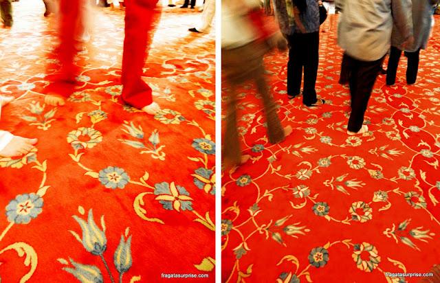 Tapete tecido em seda que recobre o piso da Mesquita Azul de Istambul