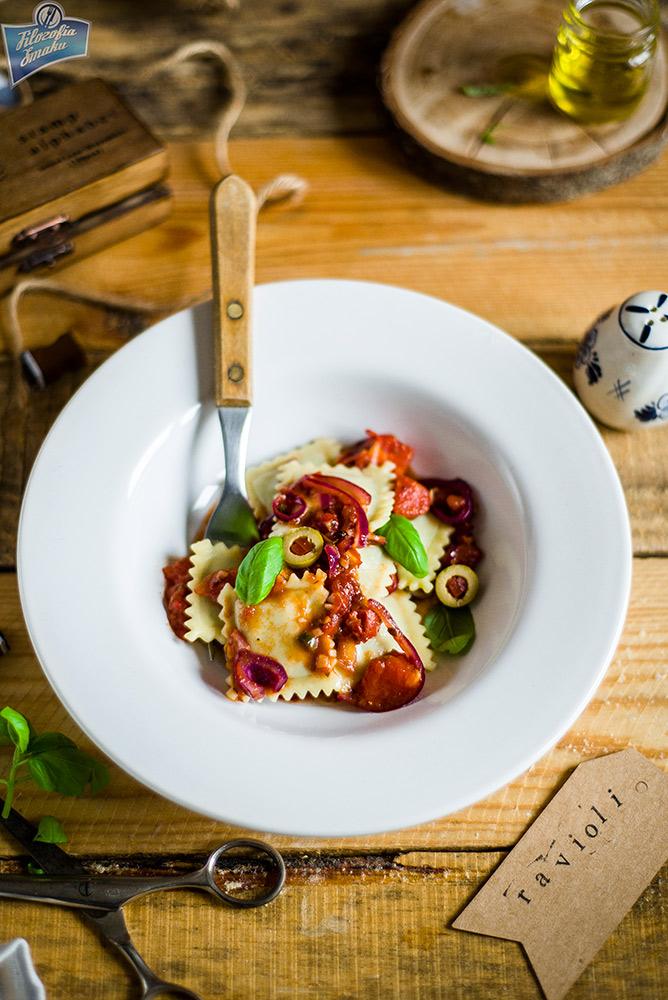 Ravioli w sosie pomidorowym
