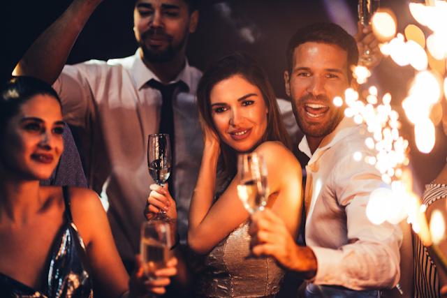 Pessoas se divertindo em uma festa de confraternização empresarial