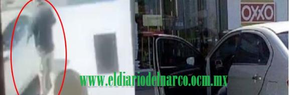 """VIDEO: CAPTAN EL MOMENTO EN QUE SICARIO EJECUTA A UN HOMBRE Y LO REMATA CON """"CUERNO DE CHIVO"""" AFUERA DE UN OXXO EN NUEVO LEÓN"""