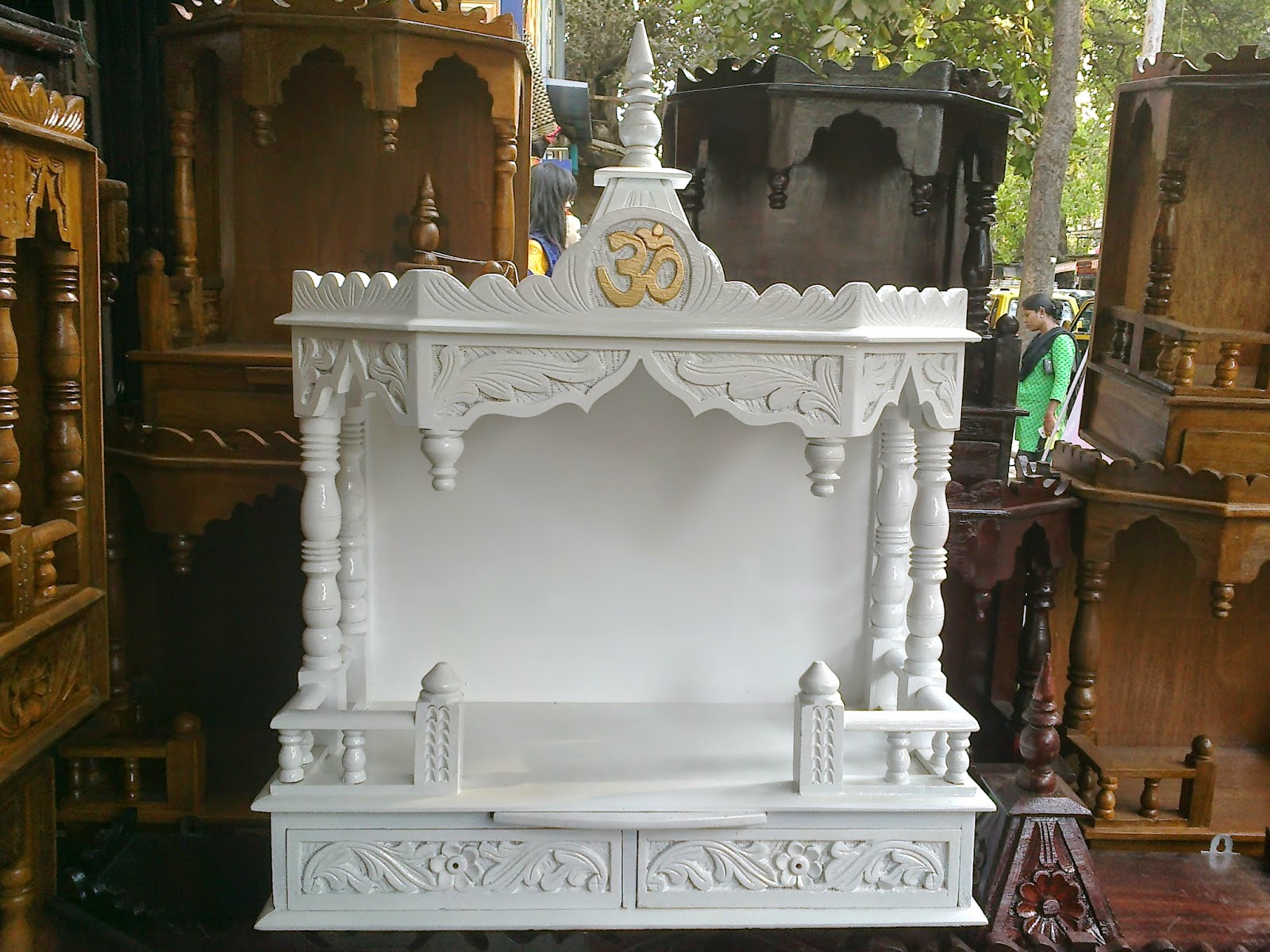 D B Furniture Machine Polished Wooden Temple