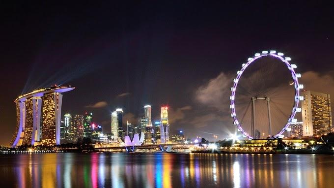 Singapore Flyer Wheel by The Marina Bay