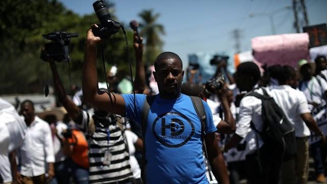 Periodistas de Haití marchan en contra de la brutalidad policial