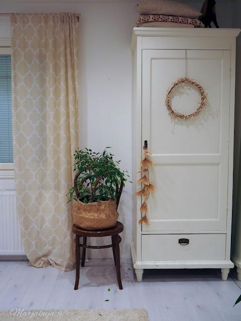 makuuhuone sisustus pehmeä sänky petaus petivaatteet talonpoikaiskaappi
