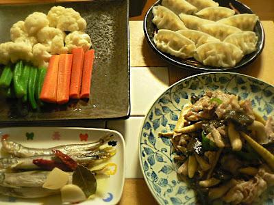 夕食の献立 オイルシシャモ 温野菜 蒸し餃子に温野菜 豚バラ炒め物