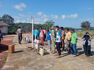 Desa Penuba Timur lakukan penyemprotan , pengecekan suhu tubuh  dan pembagian masker