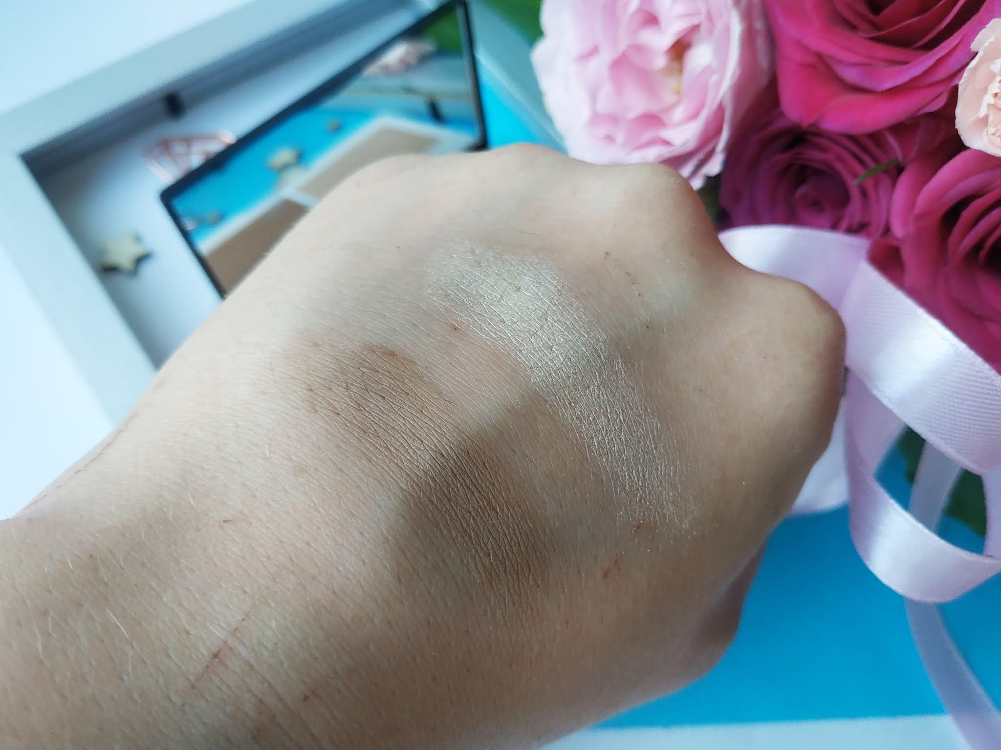 Zestaw do konturowania twarzy Lily Lolo swatche naturalne światło