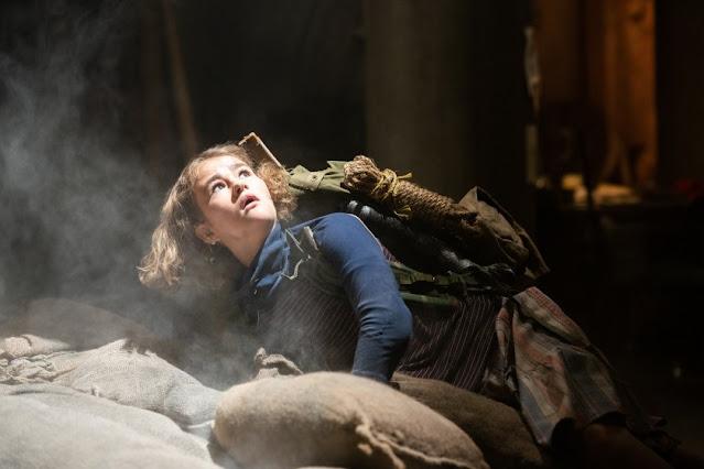Millicent Simmonds como Regan. Fotograma de Paramount+.