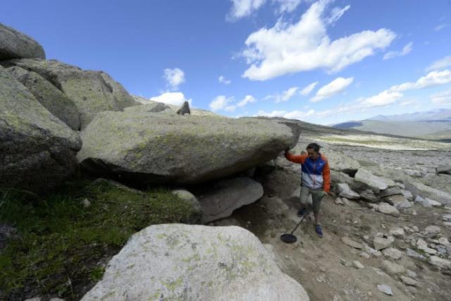 Zhang Bo mencari meteorit di Altay, pada tahun 2016. Kredit: Zhang Bo