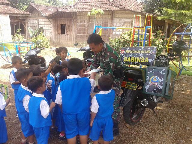 Anggota TNI AD Peduli Pendidikan di Desa Sitimulyo Pucakwangi