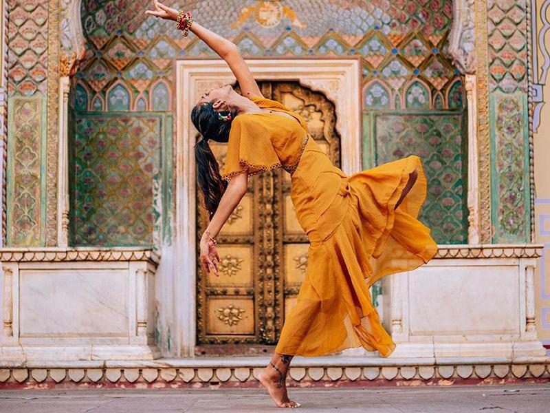 длинное желтое платье в стиле бохо