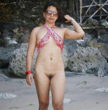 aunty sunglass pehen ke nude beach me ghum rahi hai