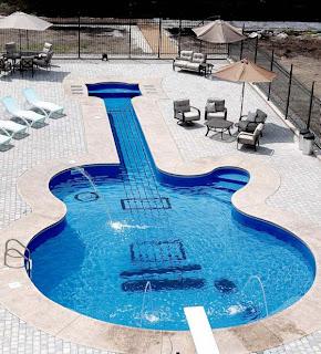 Resultado de imagen de guitarra electrica piscina
