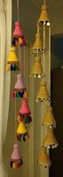 Manualidades colgantes hechas con botellas de plástico recicladas