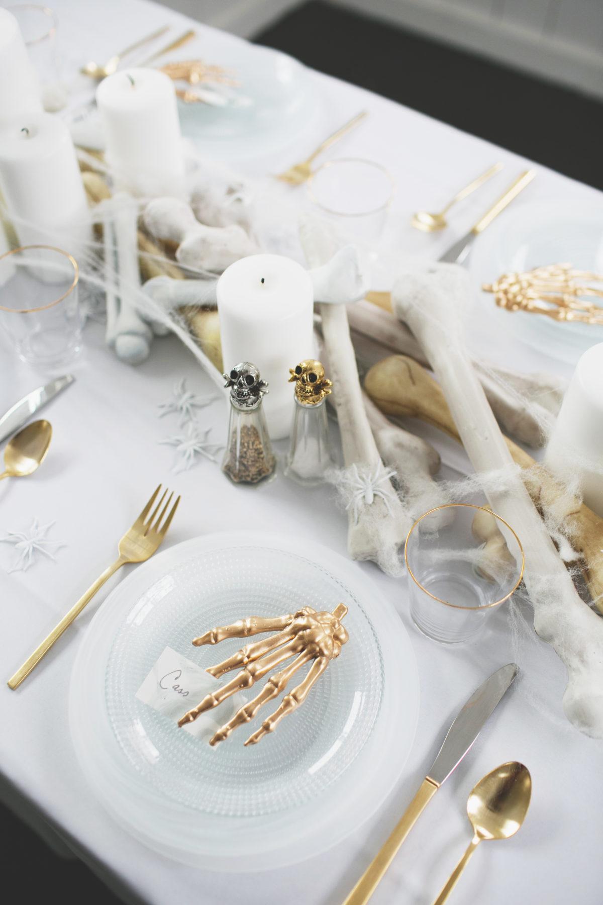 Cómo decorar una mesa de Halloween en blanco9
