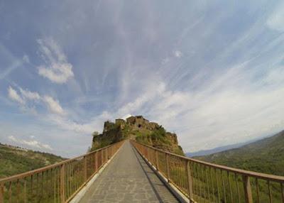 Il ponte di terra di Civita di Bagnoregio crollò e fu sostituito da una passerella di acciaio e cemento.