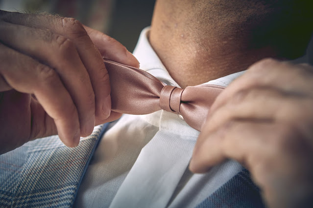Getting ready, groom, Gutshofhochzeit, Landhochzeit, estate wedding, Gut Dalwitz, heiraten in Deutschland, Wedding Styled Shooting, Hochzeitsfotograf Marc Gilsdorf, Hochzeitsplanung Uschi Glas, 4 weddings & events
