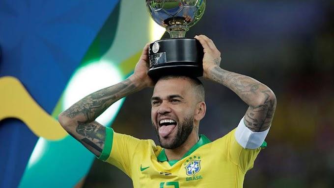 Daniel Alves é eleito o melhor jogador da Copa América