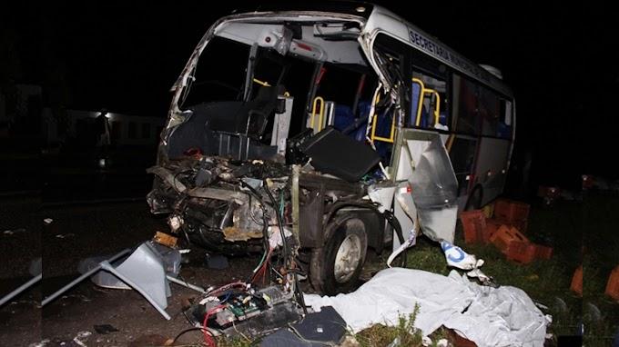 Morre sétima vítima de acidente entre micro-ônibus e caminhão na Bahia