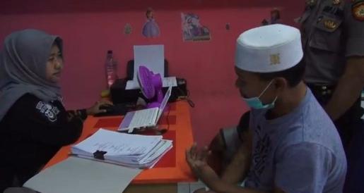 Tersangka guru ngaji di Penyabungan yang diduga mencabuli muridnya saat diperiksa polisi