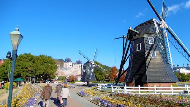 ハウステンボスのフラワーロードの三連風車