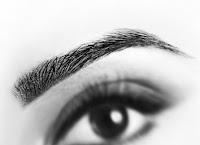 Siyah renkli bayan gözü ve kaşı