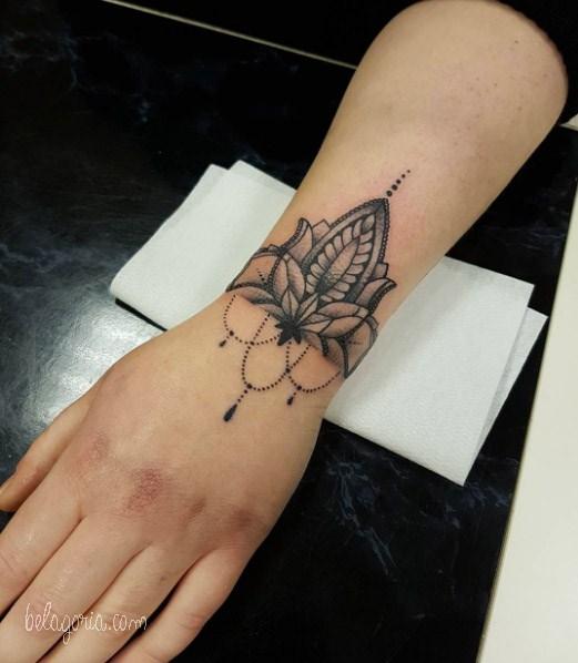 tatuaje de pulsera para una chicas