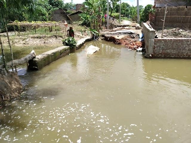बाढ़ के तेज बहाव से दो माह पूर्व निर्मित सड़क कटा
