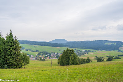 Lackowa z drogi Mochnaczka Niżna - Krynica, poniżej dolina rzeki Mochnaczki i zabudowania Mochnaczki Niżnej