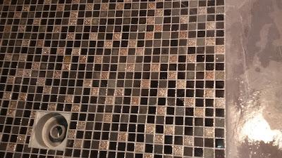Pose mosaïques douche avec paillettes mélangées avec joints Philpro carrelage 79
