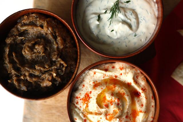 Umak od pečenog patlidžana, humus i mliječni umak sa mirođijom