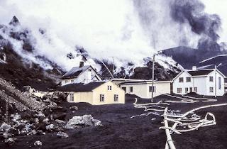Las labores para enfriar con agua el avance de la lava tras la erupción Eldfell en Islandia - 1973