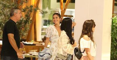 Bruna Marquezine curte passeio em família na noite de sábado