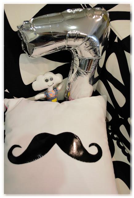 Mr Dream, coussin moustache et ballon en forme de 7