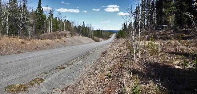 Ein typischer Highway im Nordwesten Kanadas