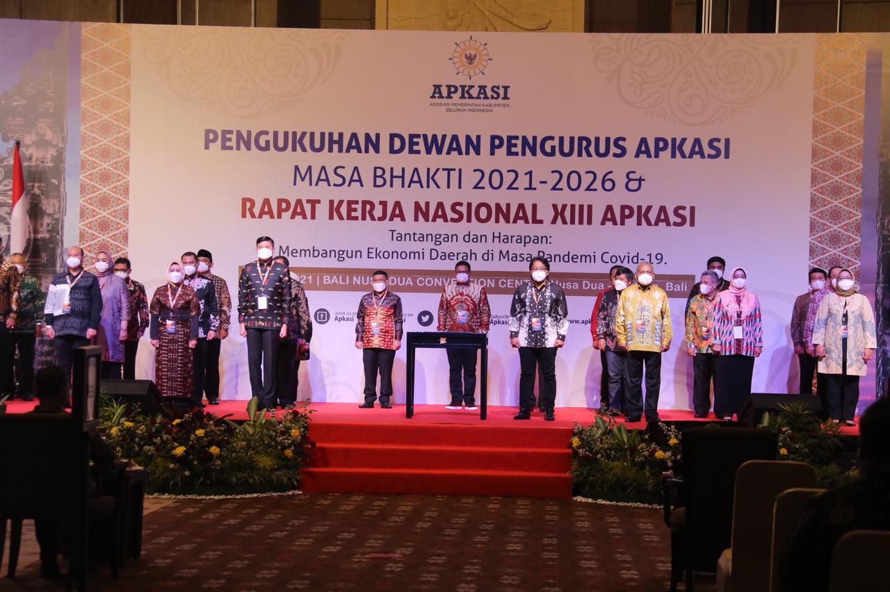 Pengukuhan dewan pengurus APKASI oleh Mendagri Tito Karnavian. (Poto/Ist)