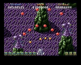 Captura de pantalla durante una partida de Battle Squadron. Se muestra nuestra nave disparando rodeada de variopintos disparos enemigos