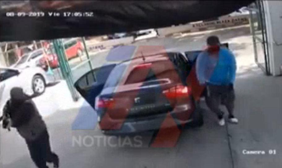 Captan momento donde encapuchados a sangre fría ejecutan y rematan a cuatro sujetos dentro lote de autos en Cuernavaca