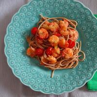 Massa integral com camarão, tomate e curgete