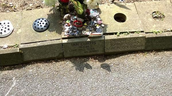 La losa donde en la imagen se depositan objetos y flores es la que ha sido robada de la tumba de Ian Curtis, cantante de Joy Division