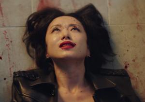 mujer asiática ensangrentada