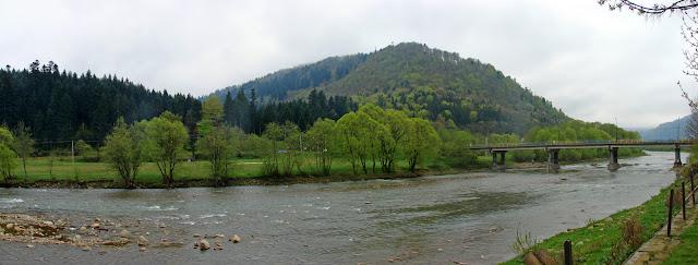 Мост через реку Опир. На другом берегу - урочище «Павлов поток».
