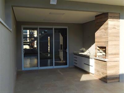 A varanda como prolongamento da sala de jantar, contendo churrasqueira e pia externa, é uma tendência verificada há alguns anos nas novas construções residenciais.