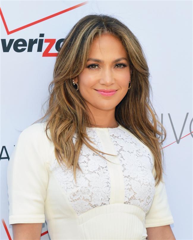 Taklit mi, Şov mu? Jennifer Lopez'in Seksi Yatak Pozu Sosyal Medyayı Birbirine Kattı!