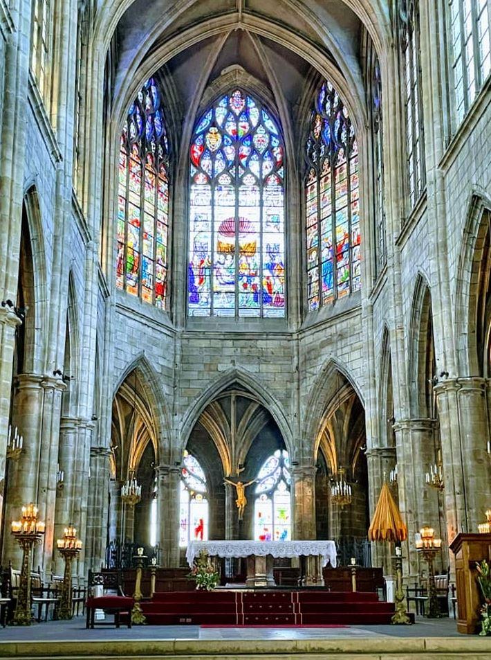 Intérieur de la Cathédrale Notre-Dame de Moulins avec ses vitraux