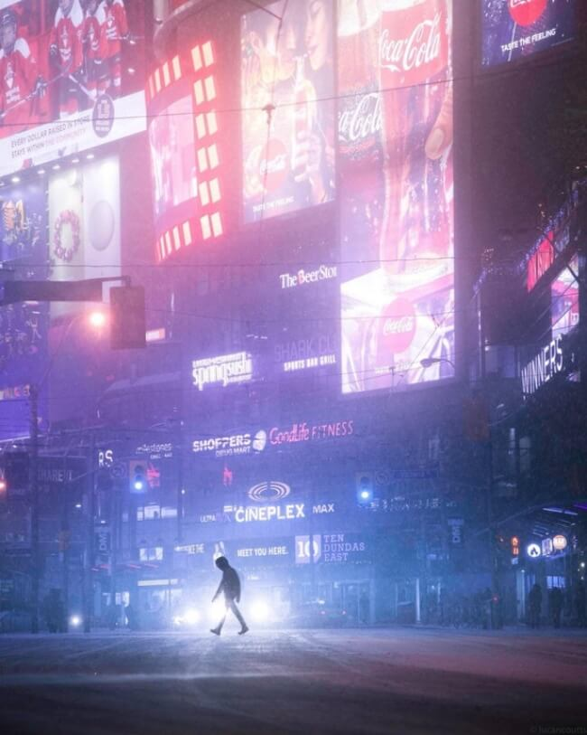 25 Breathtaking Pictures That Made Us Gasp - This picture from Toronto seems like a frame from the film Blade Runner 2049.