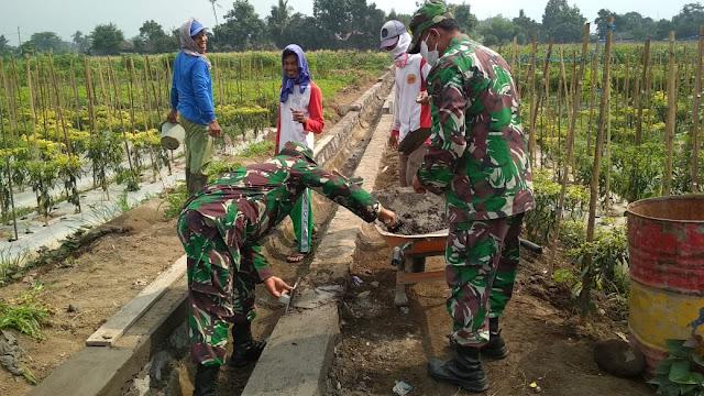 Babinsa Dan Perangkat Desa Melaksanakan Pengecekan Pembangunan Saluran Irigasi Persawahan