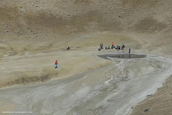 Вулканическая лужа на дне кратера