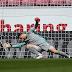 Neuer falha, Bayern perde do Mainz, mas pode ser campeão no domingo; Dortmund vence duelo direto